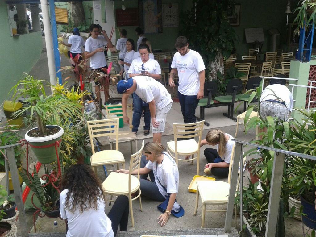 Voluntários trabalham em jardim