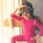 Criança vestida de piloto de avião