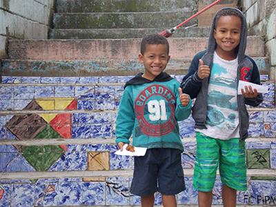 Crianças atendidas pelo projeto Ateliê Azu, referência para o programa Pense Grande, da Fundação Telefônica Vivo