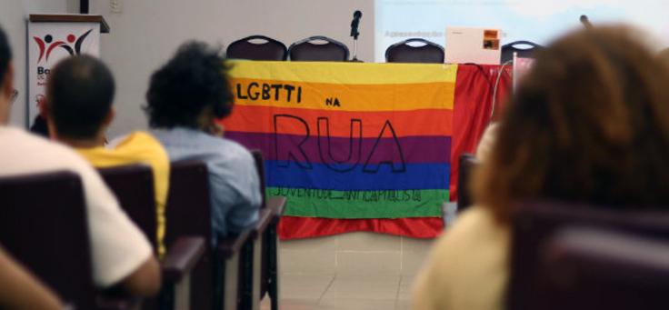 Alunos se reúnem na sala de aula do cursinho Educar é Transformar, cursinho gratuito para pessoas trans