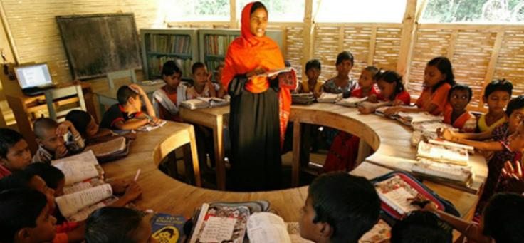 Alunos se amontoam na proa de uma das escolas-barco em Bangladesh