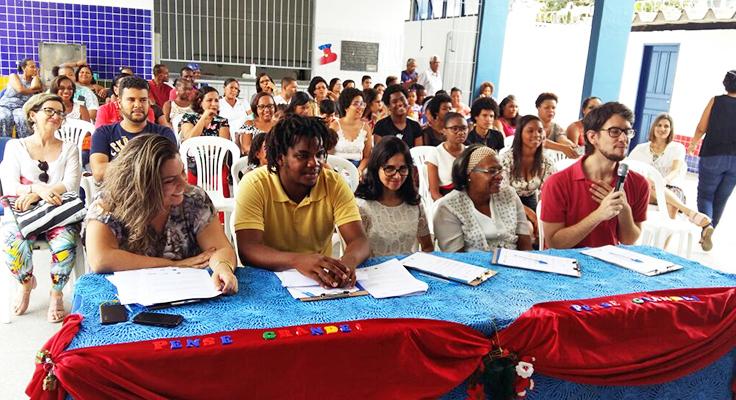 Estudantes e convidados acompanham em plateia lançamento do Pense Grande e Inova Escola em escola na Bahia