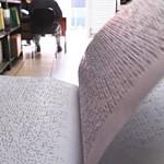 Crianças cegas enfrentam dificuldades para ter livros em braille na escola, diz especialista