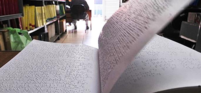 Livro em braile em primeiro plano