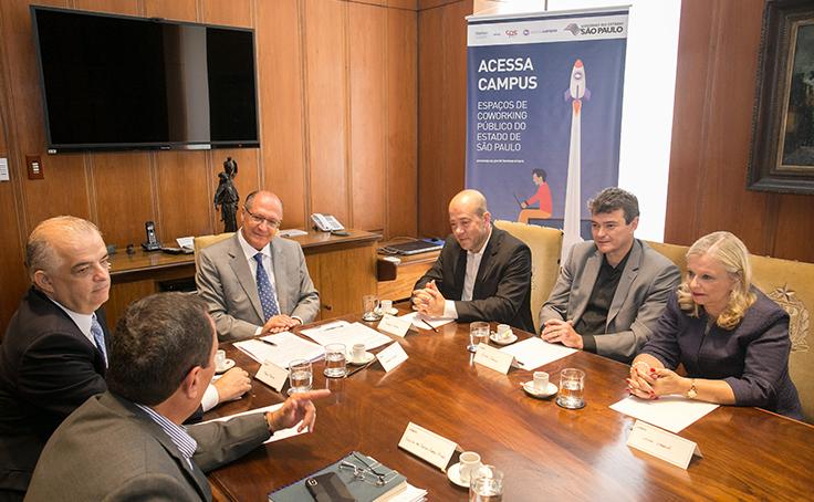 Mesa com Americo Mattar, presidente da Fundação Telefônica Vivo, o governador Geraldo Alckmin e outras quatro pessoas sentadas