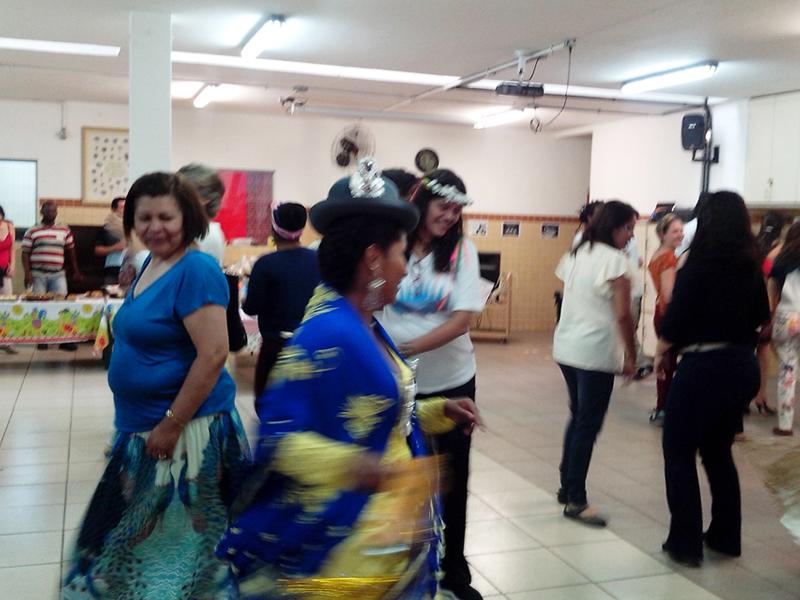 Mulheres com chapéu e roupas típicas da bolívia em salão da escola