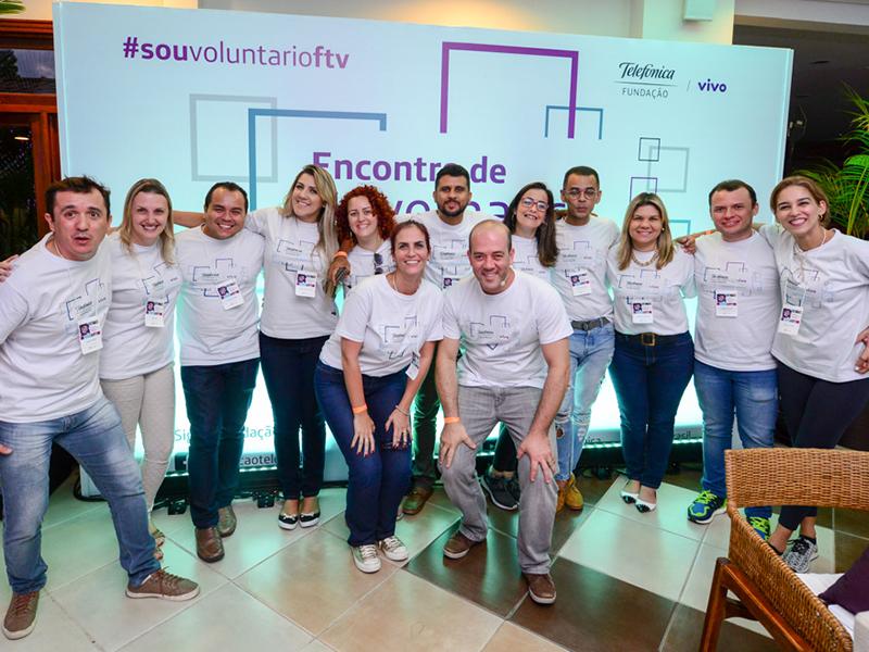 Americo Mattar , presidente da Fundação Telefônica Vivo, posa para fotos ao lado de colaboradores formando uma fila horizontal