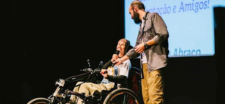 Juliana Tozzi, com microfone, e Guilherme Simões apresentam palestra sobre a cadeira Julieti