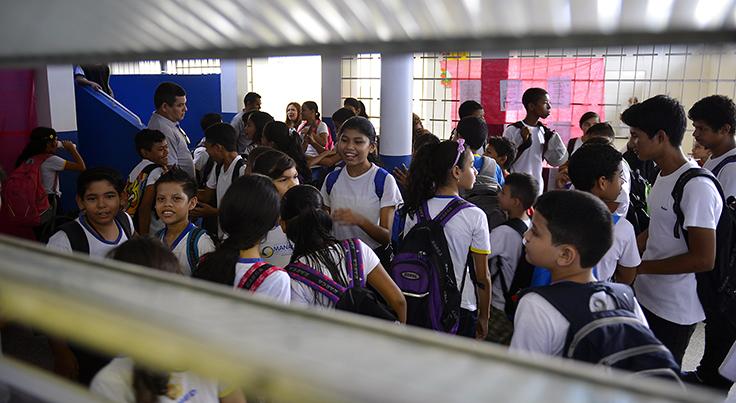 Estudantes conversam e sorriem pátio de escola em Manaus