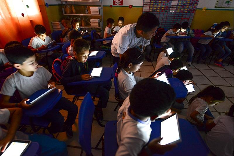 Alunos da EMEF Eliana Pacheco mexem em tablets do Projeto Aula Digital