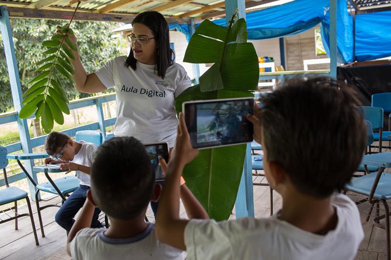 Alunos da EMEF Eliana Pacheco participam de apresentação cultural na entrega dos tablets do Projeto Aula Digital