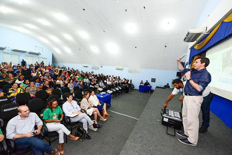 Executivo da Fundação Telefônica Vivo fala sobre o projeto Aula Digital em palco, diante de plateia cheia, na Secretaria Municipal de Educação de Manaus