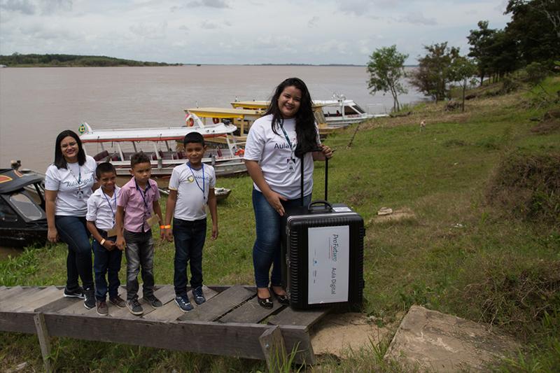 Três crianças com menos de 10 anos e três adultos desembarcar na margem do rio, em passarela.