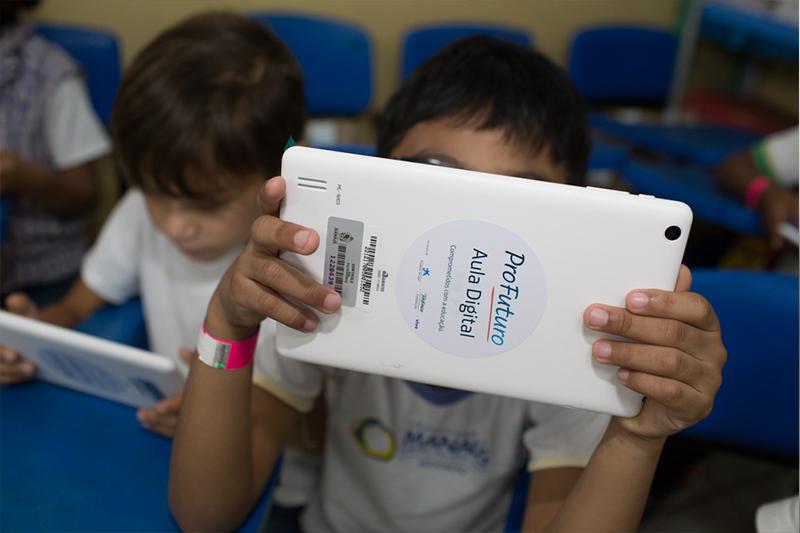 Aluno da EMEF Eliana Pacheco abrem maletas do Projeto Aula Digital