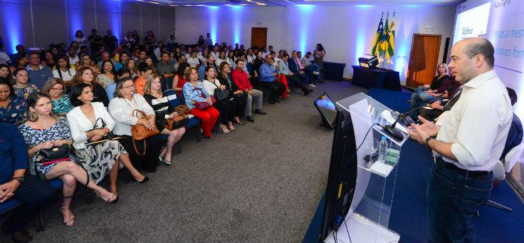 Amerio Mattar, diretor presidente da Fundação Telefônica Vivo, fala ao microfone durante lançamento do projeto Aula Digital, em Sergipe
