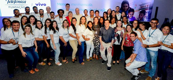gestores, educadores e secretários lançamento do projeto Aula Digital, em Sergipe, posam para foto. Alguns vestem camiseta escrito Aula Digital