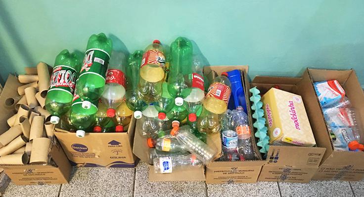 Materiais como garrafas de plástico encontrados no córrego próximo à escola