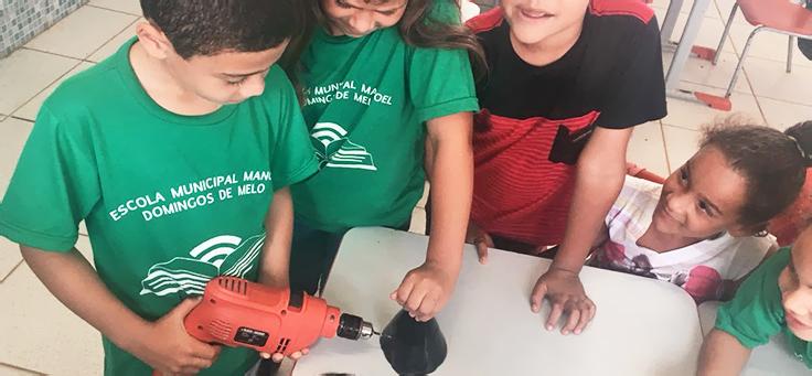 Quatro crianças alunas da escola Manoel Domingues, em Vitória de Santo Antão, trabalham na criação de vaso inteligente