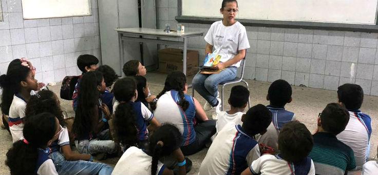 Alunos da Escola Estadual General Calazans, na cidade de Nossa Senhora das Dores (SE), sentados prestam atenção em professora da escola