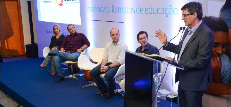 Professor Doutor Josué, secretário de educação de Sergipe, fala ao microfone durante lançamento do projeto Aula Digital, em Sergipe