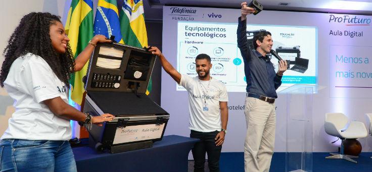 Rubem Saldanha, gerente do projeto Aula Digital, no lançamento do projeto Aula Digital, em Sergipe, fala sobre as maletas com kits tecnológicos que estão ao seu lado
