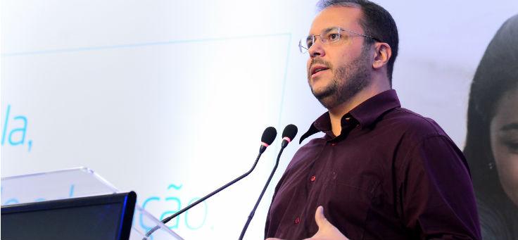 Thiago Alves de Carvalho, presidente da Undime seccional Sergipe, fala ao microfone durante lançamento do projeto Aula Digital, em Sergipe