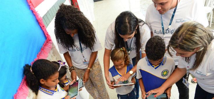 Crianças e professores olham tablets do Aula Digital, lançado em escolas de Sergipe
