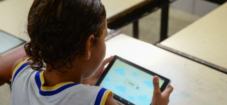 Aluno da escola Escola Municipal Arquibaldo Mendonça de Araújo (EMAMA), em Indiaroba (SE), uma das contempladas pelo projeto Aula Digital