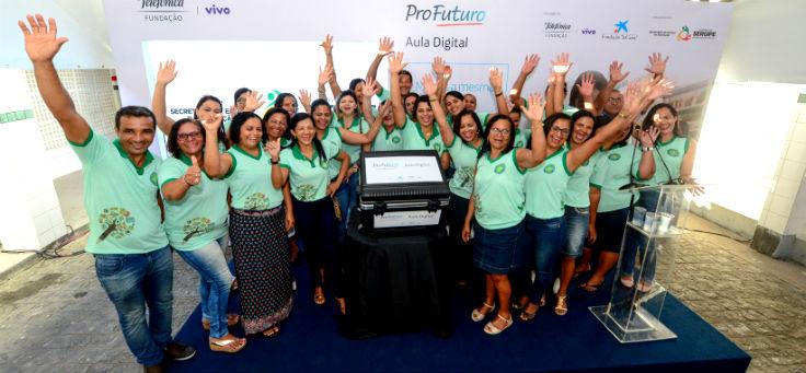 Gestores e educadores da Escola Municipal Arquibaldo Mendonça de Araújo (EMAMA), em Indiaroba (SE), uma das contempladas pelo projeto Aula Digital, posam para foto sorridentes