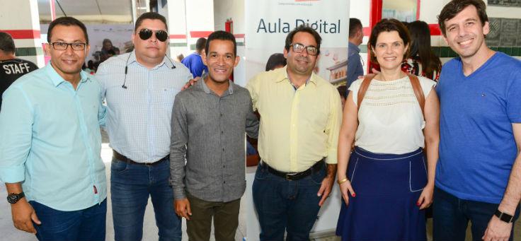 Mila Gonçalves, gerente de projetos sociais da Fundação Telefônica Vivo, e Rubem Saldanha, gerente do projeto Aula Digital, ao lado de gestores e educadores de Indiaroba
