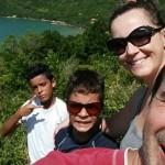 Imagem mostra família de Nilson Queiroz, com esposa e os dois filhos