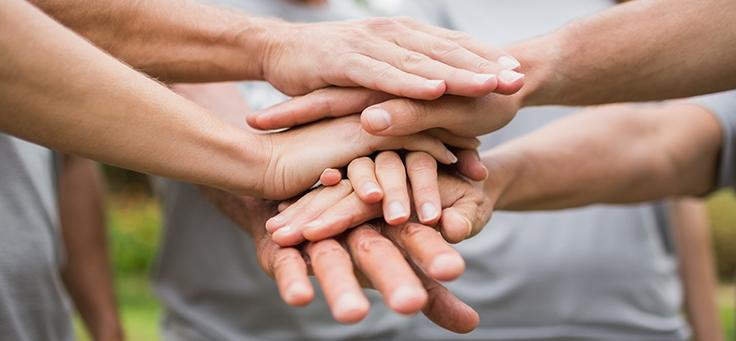 Mãos colocada sumas sobre as outras em representação de união