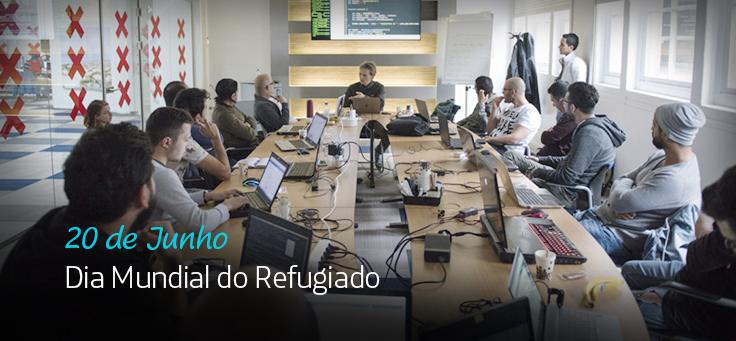 Imagem mostra pessoas em volta de uma mesa em projeto com refugiados. Há na imagem a frase Dia Mundial do Refugiado