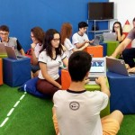 Estudantes sentados em grupo usando computador