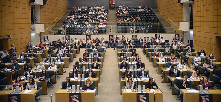 Jovens do Parlamento Jovem em visita à Câmara Estadual no Plenário JK