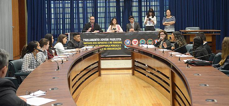 Jovens do Parlamento Jovem em debates durante a Sessão de Comissões dos partidos jovens na edição de 2018.