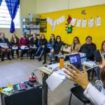 Imagem mostra professores do projeto Aula Digital em forção em Viamão