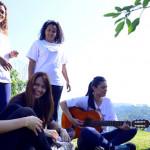 Mulheres voluntárias do Grupo Telefônica participam do Vacaciones. Elas sorriem e cantam