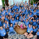 Voluntários do Grupo Telefônica Vivo formam círculo e posam para foto usando camisas na cor azul