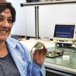 Paula Gomez, CEO da Epistemic, exibe o protótipo do dispositivo que deve ajudar a avisar sobre ataques epilépticos