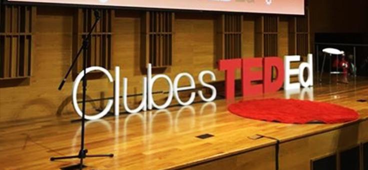 Palco com os letreiros Club TED Ed