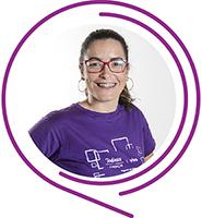 Na imagem, a voluntária Graziela Santos Nardes posa sorridente