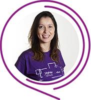 Na imagem, a voluntária Priscila Rodrigues Emilio posa sorridente