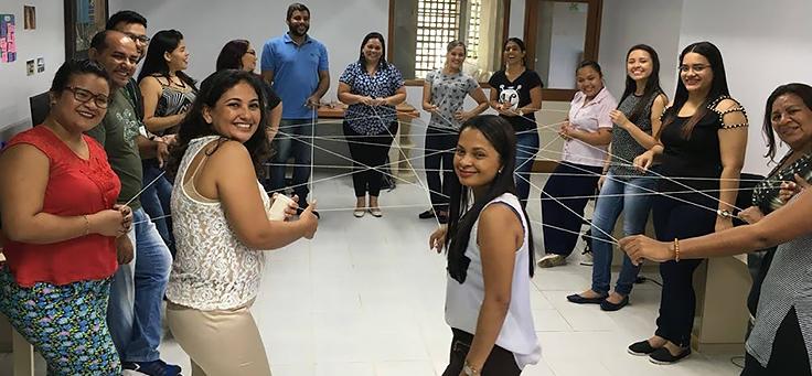 Educadores formam roda, em pé, durante dinâmica em formação do Projeto Aula Digital