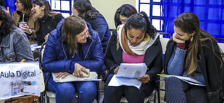 Estudantes do Viamão sentadas em cadeiras de sala de aula