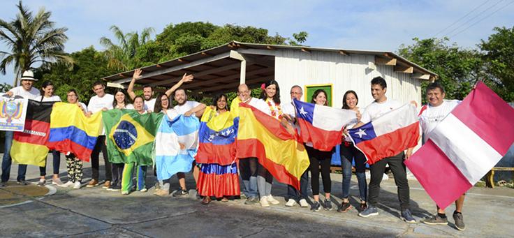 Voluntários mostram as bandeiras de seus países durante o Vacaciones Solidárias em Manaus