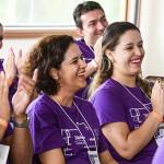 Embaixadores do Programa de Voluntariado da Fundação Telefônica Vivo batem palmas e sorriem