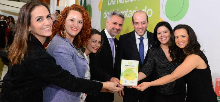Equipe da Fundação Telefônica recebe o prêmio Viva Voluntário em Brasília