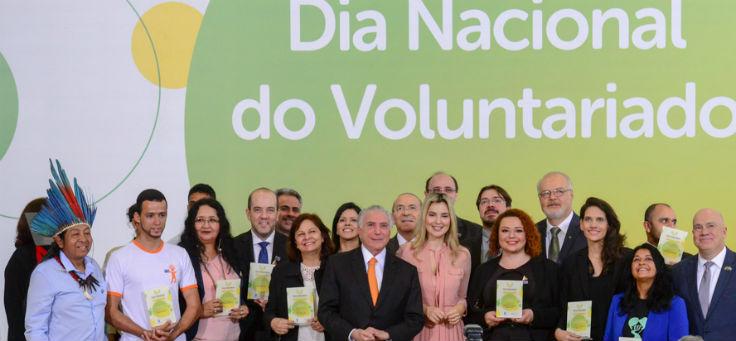 Iniciativas posam para foto ao lado do presidente Michel Temer ao receberem o prêmio Viva Voluntário em Brasília