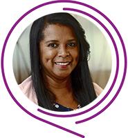 Celia Regina, Embaixadores do Programa de Voluntariado da Fundação Telefônica Vivo usa camiseta de bolinhas, tem cabelos escuros e sorri